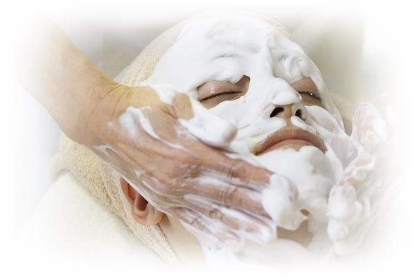 泡洗顔される女性